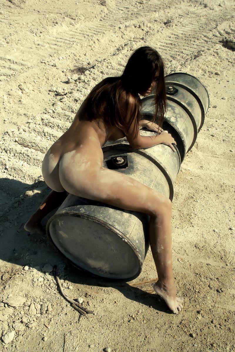 Обнажённая девушка в пыли 800x1200 255KB пыль стройка Эротика