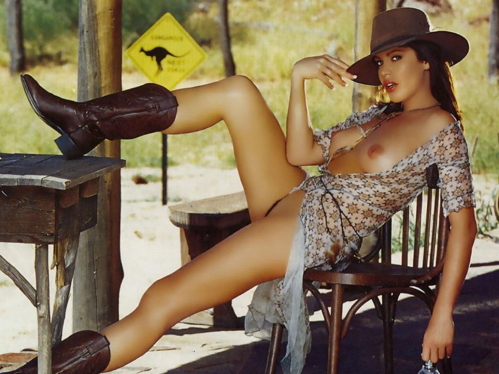 Полуобнажённая девушка-австралийка 1024x768 147KB Эротика