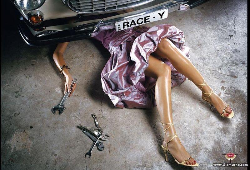 Девушка чинит автомобиль 800x546 98KB ремонт Разное